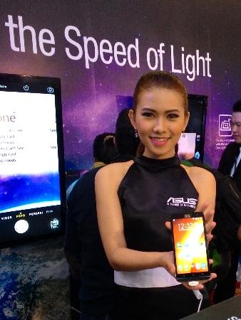 SPG memegang Zenfone 2 Laser