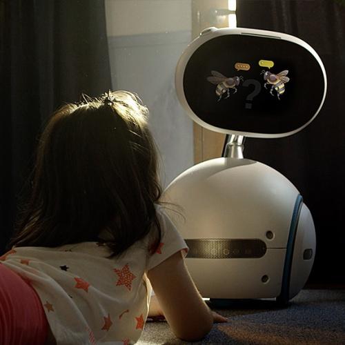 Robot ASUS Zenbo sedang menampilkan quiz